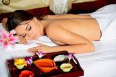 Mujer hermosa en el salón de spa — Foto de Stock