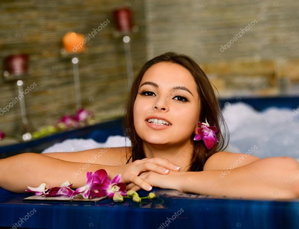 Девушка купается в джакузи фото 214-57