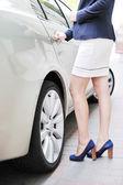 Hübsches mädchen öffnet die autotür — Stockfoto