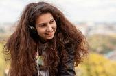 Dívka je šťastný, sedí v sluchátka — Stock fotografie