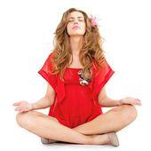 ヨガの位置に座っている若い美しい女性 — ストック写真
