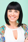 Miła, uśmiechnięta młoda kobieta portret zbliżenie — Zdjęcie stockowe