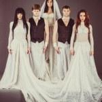 aktorzy w sukni ślubnej wygląd depressively — Zdjęcie stockowe