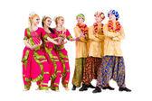 Dançarinas vestidas em trajes indianos posando — Foto Stock