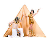 Dancers dressed as Egyptian posing against pyramid — Stock Photo