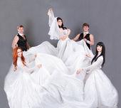Herci v svatební šaty, pózuje. — Stock fotografie