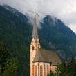 Bir yağmurlu günde, hohe tauern Milli Parkı, Avusturya Heiligenblut Kilisesi — Stok fotoğraf