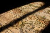 Mosaïque romaine dans l'ancienne église illuminée par le vitrail d'église — Photo