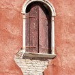 Venetian decayed facade with wooden window, Venice, Italy — Stockfoto