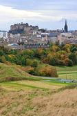 Edinburgh castle och staden sett från foten av arthurs seat — Stockfoto