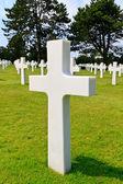 Marmor kreuz des gefallenen soldaten, amerikanische soldatenfriedhof in der nähe von omaha — Stockfoto