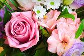 Růže a jarní květiny kytice — Stock fotografie