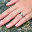 hand met bruiloft en diamond engagement rings — Stockfoto