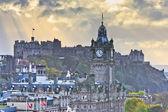 Edinburgh castle y balmoral torre del reloj al atardecer, escocia — Foto de Stock