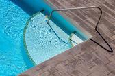 Yüzme Havuzu ahşap zemin ile — Stok fotoğraf