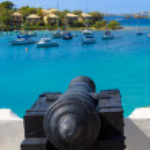 Canon braqué sur les navires dans la mer des Caraïbes — Photo
