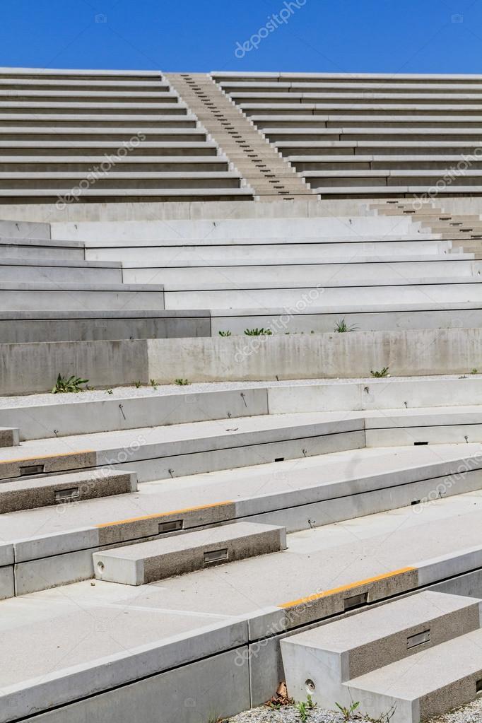 escaleras de hormign en moderno anfiteatro u foto de stock