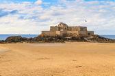 Saint malo widok na fort narodowego, francja — Zdjęcie stockowe