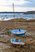 Sailing boats at ebb tide near St. Malo in Brittany, France — Stockfoto