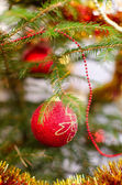 Christbaumschmuck auf einen weihnachtsbaum — Stockfoto