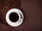 The cup of coffee and beans — Stock Photo