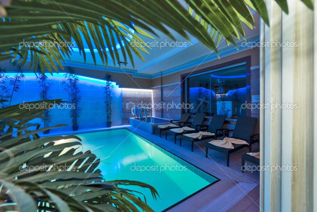 Gimnasio piscina hamma sauna y spa de hotel de lujo for Gimnasio y piscina