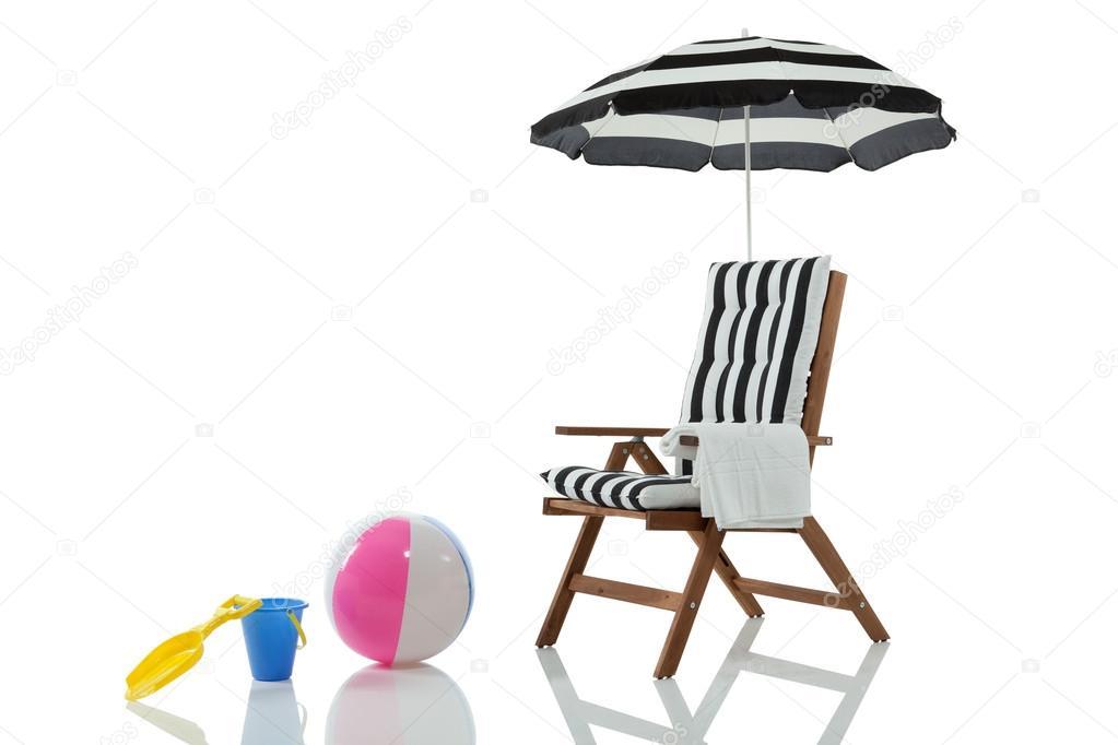 liegestuhl mit sonnenschirm und spielzeug stockfoto 19501363. Black Bedroom Furniture Sets. Home Design Ideas