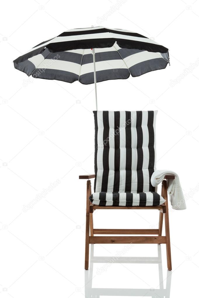 liegestuhl mit sonnenschirm und ein handtuch vorne anzeigen stockfoto tomsaga28 19501387. Black Bedroom Furniture Sets. Home Design Ideas