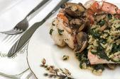 Comida gourmet en ajuste fino comedor — Foto de Stock