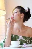 Bella donna mangiare torta — Foto Stock