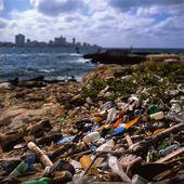Choking on Domestic Waste, Havana, Cuba — Stock Photo