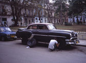 Man fixing his car wheel, Havana, Cuba — Stock Photo