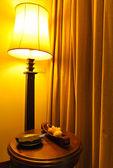 Lámpara y mesa en un hotel — Foto de Stock