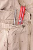 Pantolon cebinde bir araçla — Stok fotoğraf