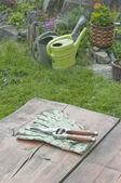 Herramientas de jardín en mesa de jardín — Foto de Stock