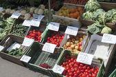 Décrochage de fruits et légumes au marché des agriculteurs locaux en pologne — Photo
