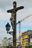 Crucifixion on the background of the modern city — Stock Photo