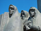 Sculpture of grieving mothers — Stock Photo