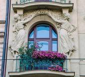 Balkong med skulpturer — Stockfoto