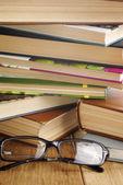 Vidrios en el libro abierto de lectura — Foto de Stock