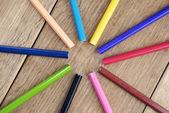 Grupp av pennor på trä skrivbordet — Stockfoto