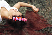 Belle fille est couché sur l'herbe — Photo
