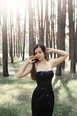 Belle fille dans la forêt — Photo