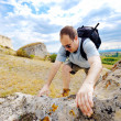 Adult man is climbing a mountain — Stockfoto