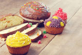 Easter bread and  cakes on the wooden table — Stock Photo