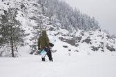 Snowboarder con tablas de snowboard — Foto de Stock