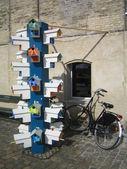 красочные птичьи гнезда и велосипед — Стоковое фото