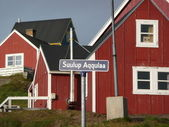 Red houses in tasiilaq — Stock Photo