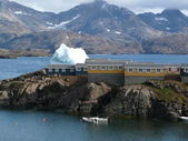 Houses and iceberg in greenland — Stock Photo