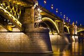 Beautifully lit Margaret bridge over the Danube at dusk in Budap — Stock Photo